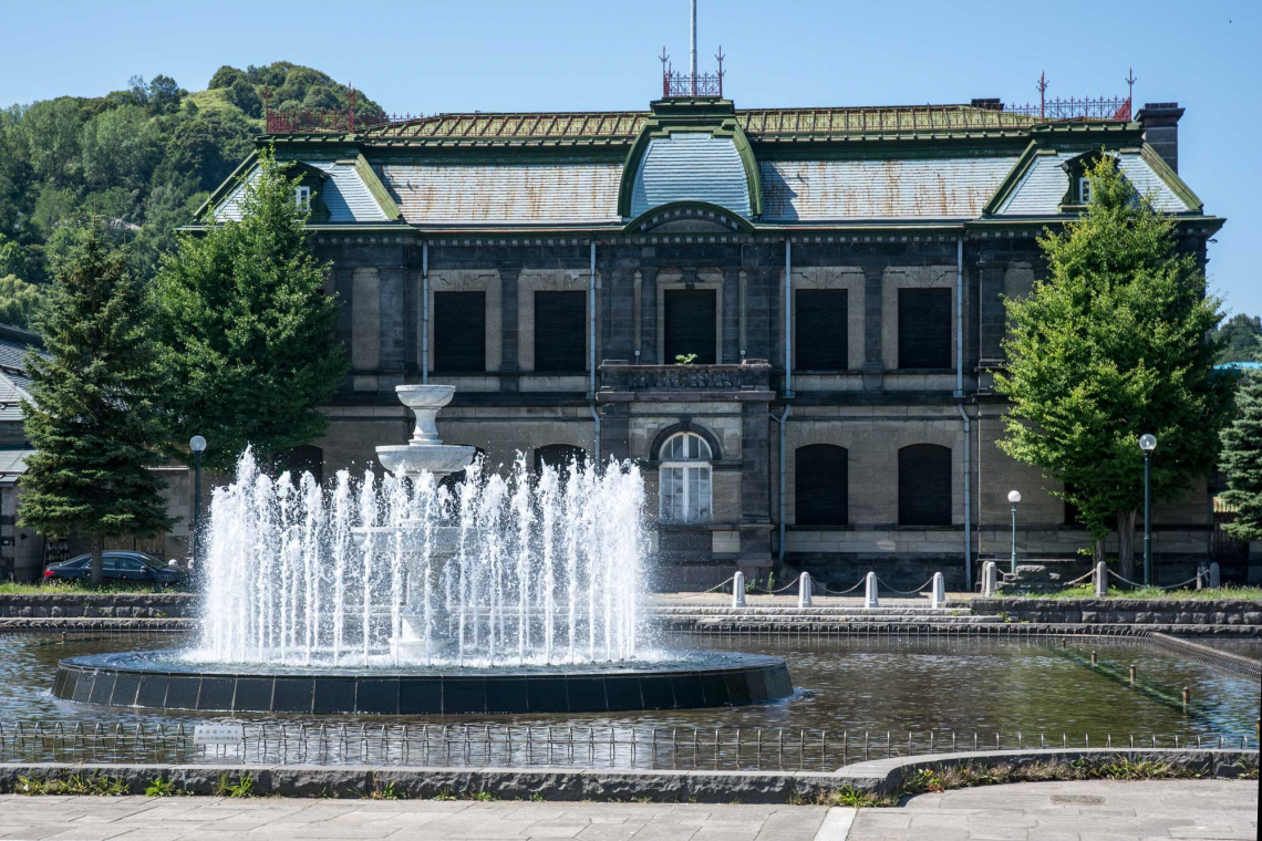 otaru historial building with water fountain